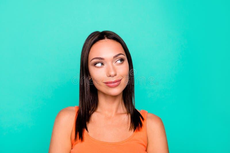 Nahaufnahmefotoporträt des nachdenklichen frohen optimistischen Positivs recht reizend mit dem idealen Make-upkosmetikbezaubern  stockfoto