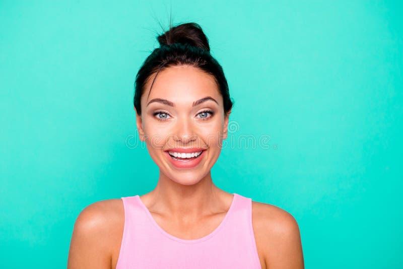 Nahaufnahmefotoporträt von recht reizendem nettem reizend kühlem lächelt sie ihre Dame mit den toothy strahlenden Zähnen das  lizenzfreie stockbilder