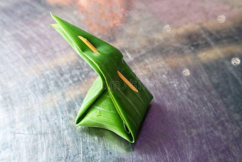 Nahaufnahmefotos von den thailändischen Nachtischen auf dem Tisch eingewickelt in den grünen Bananenblättern stockbilder