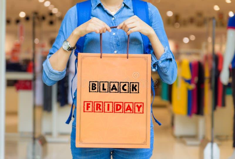Nahaufnahmefrau, die Einkaufstaschen im Einkaufszentrum hält lizenzfreie stockbilder