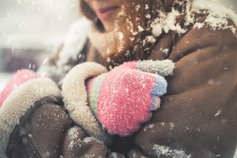 Nahaufnahmefrau am kalten verschneiten Winter gehend in New York stockfotos