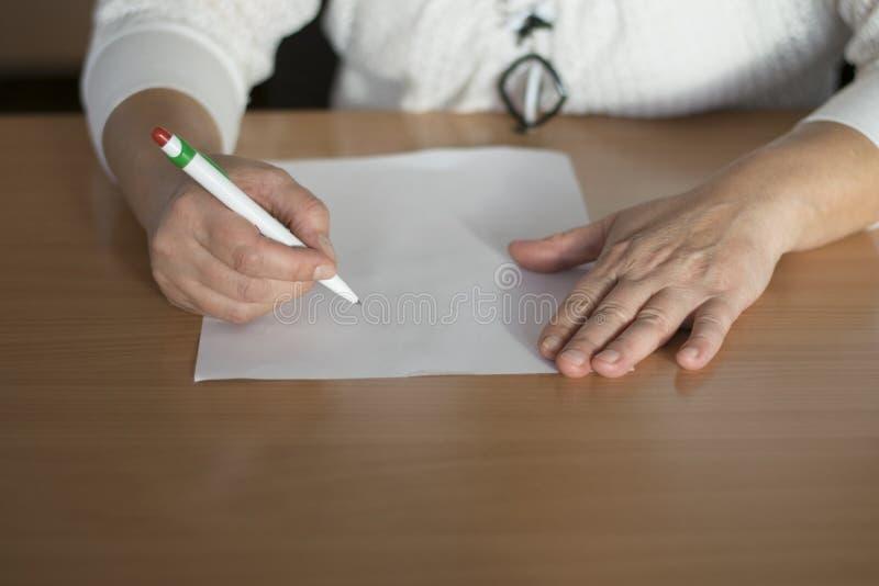 Nahaufnahmefrau ` s Handschrift auf Papier lizenzfreie stockbilder