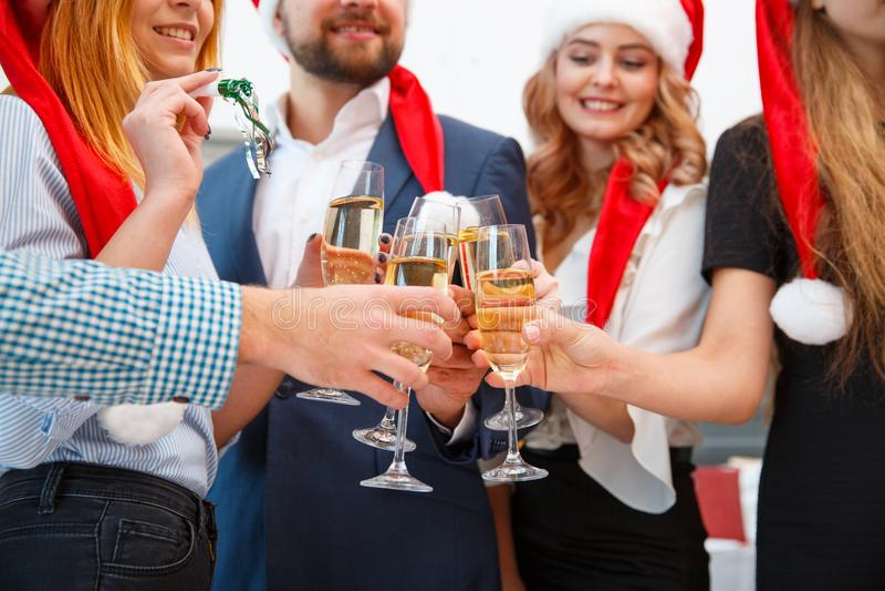 Nahaufnahmefreunde, die auf einem Weihnachtsfest auf einem unscharfen Hintergrund trinken Feierkonzept des neuen Jahres stockbilder