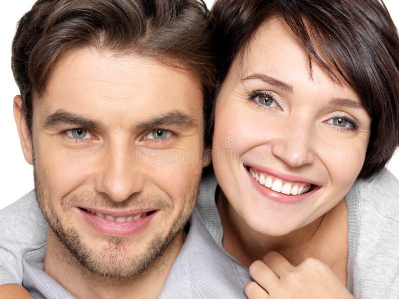 Nahaufnahmegesicht des schönen glücklichen Paars - lokalisiert stockfotos