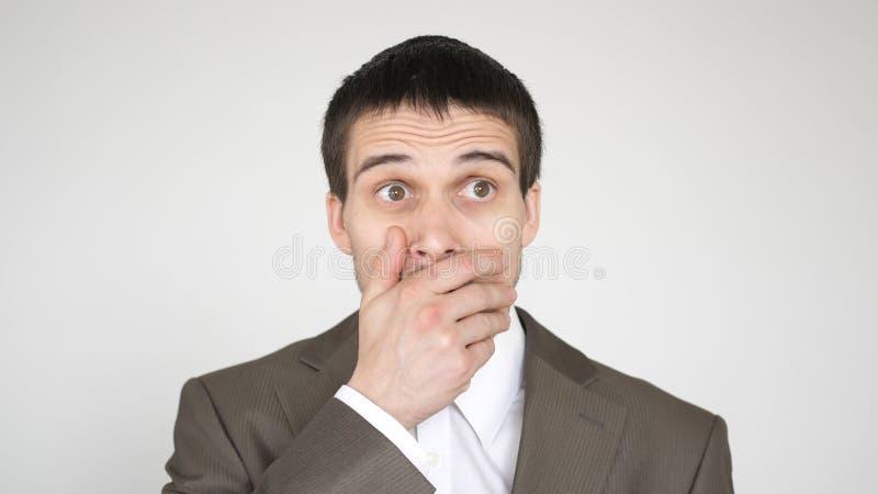 Nahaufnahmegesicht eines jungen emotionalen Mannes mit braunen Augen stockfotos