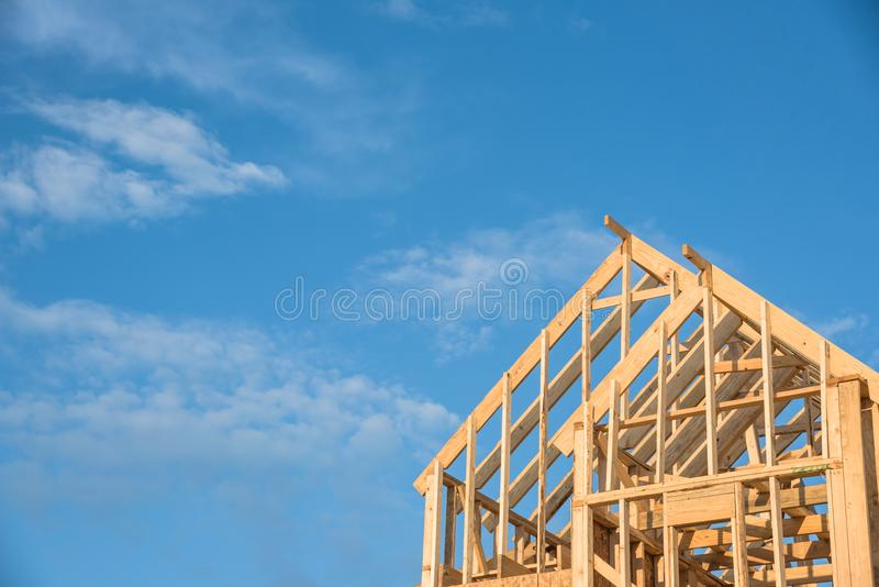 Nahaufnahmegiebeldach-Holzhausbau lizenzfreie stockfotos