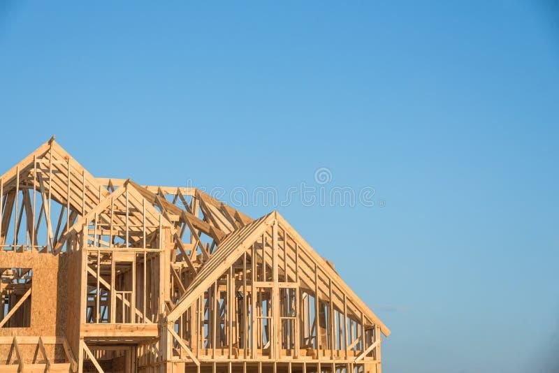Nahaufnahmegiebeldach-Holzhausbau lizenzfreies stockfoto
