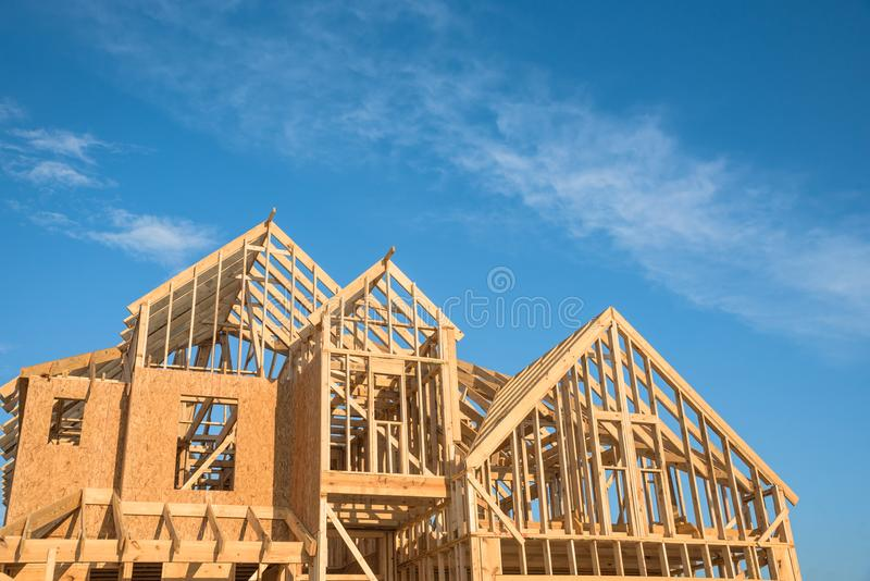 Nahaufnahmegiebeldach-Holzhausbau stockfoto