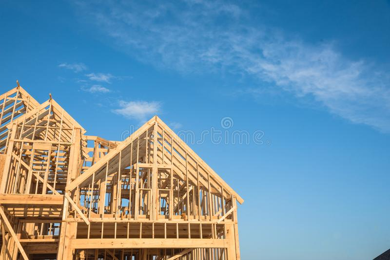 Nahaufnahmegiebeldach-Holzhausbau lizenzfreie stockbilder