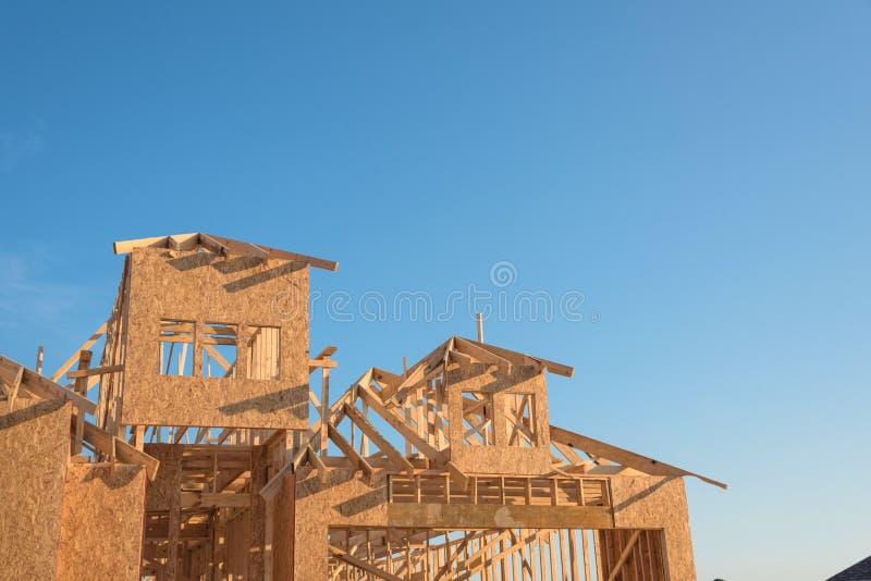 Nahaufnahmegiebeldach-Holzhausbau lizenzfreie stockfotografie