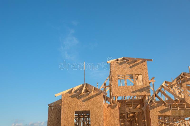 Nahaufnahmegiebeldach-Holzhausbau stockfotografie