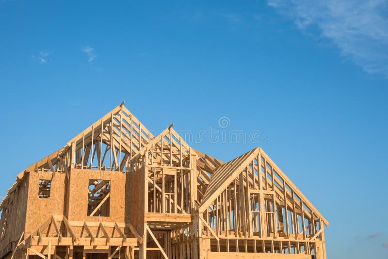 Nahaufnahmegiebeldach-Holzhausbau lizenzfreies stockbild