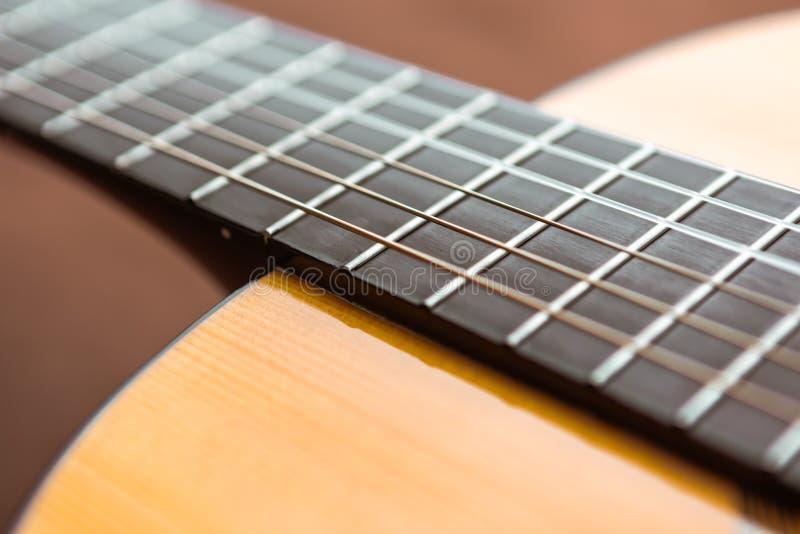Nahaufnahmegitarrenkörper und -hals, fretboard und Plattform und Schnüre stockbilder