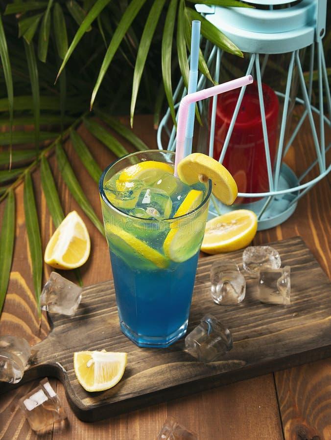 Nahaufnahmeglas des blauen Lagunencocktails lizenzfreies stockbild