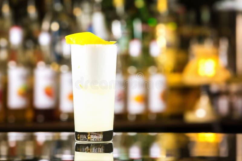 Nahaufnahmeglas Gin sprudeln Cocktail mit Zitronen- und Peitscheneiweiß lizenzfreie stockfotos