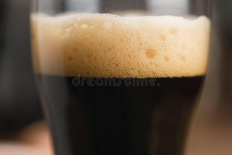 Nahaufnahmeglas stout Bier stockbild