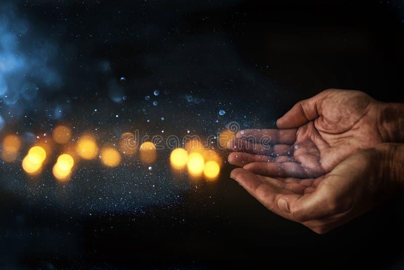 Nahaufnahmehände des Mannes bitten um Hilfe Konzept für Armut oder Hunger, suchend für Licht in der Dunkelheit lizenzfreie stockfotografie