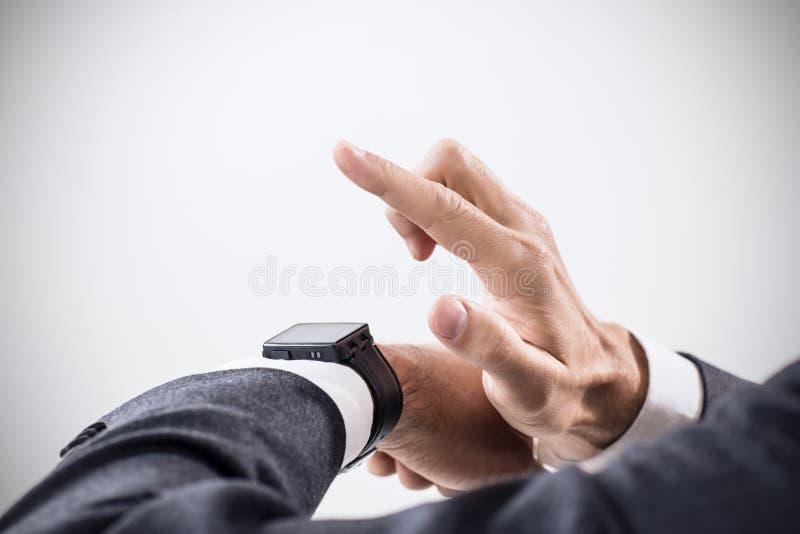 Nahaufnahmehände des Mannes, der sein smartwatch verwendet lizenzfreie stockfotos