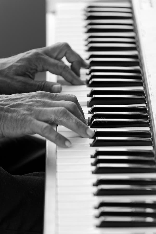 Nahaufnahmehände des Pianisten ein Klavier spielend lizenzfreie stockfotos