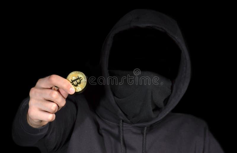 Nahaufnahmehacker-Griff bitcoin in der Hand, das Cyberangriff, Konzeptinternetsicherheit, auf Schwarzem einleitet stockfotos
