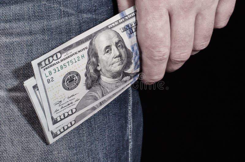 Nahaufnahmehand mit Dollarbanknote stockbild