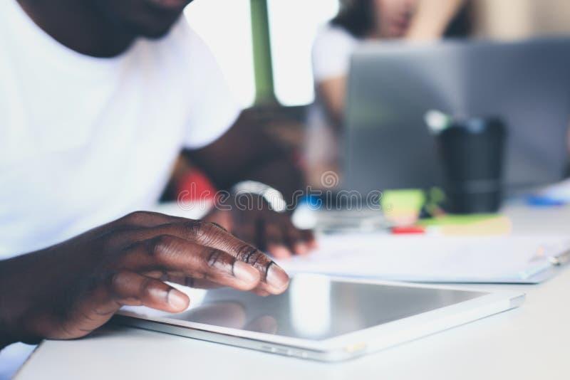 Nahaufnahmehand unter Verwendung der Tablette, Finger des selektiven Fokus, der auf Tablettenanzeige sich berührt lizenzfreie stockfotografie