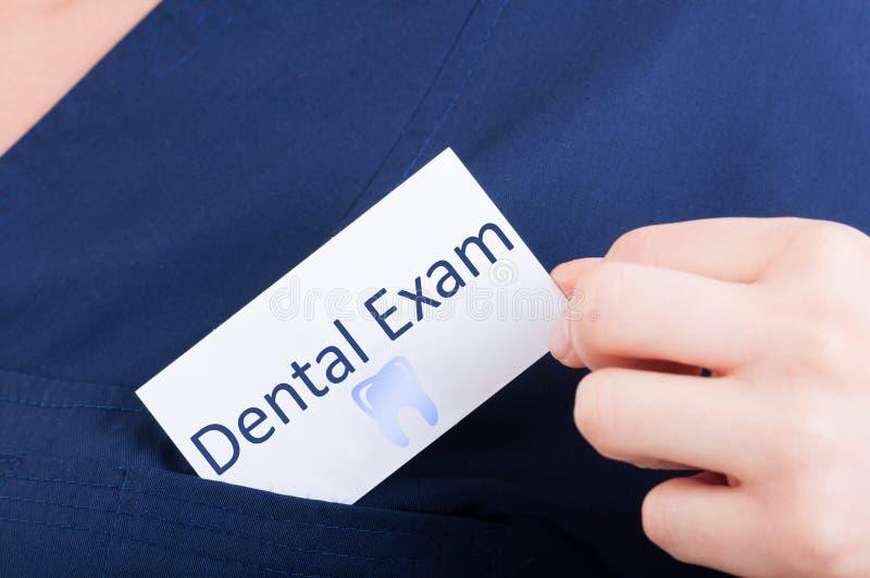 Nahaufnahmehandgriff-Besuchskarte mit zahnmedizinischer Prüfung stockfotos