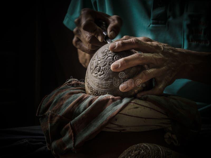 Nahaufnahmehandwerker, der von der Kokosnuss schnitzt lizenzfreie stockbilder