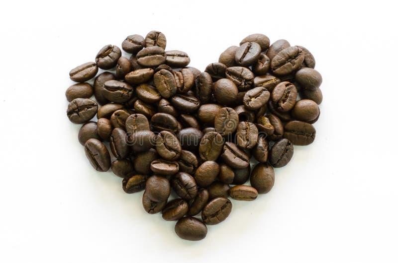 Nahaufnahmeherz gemacht von den Kaffeebohnen, Liebeskaffee, Kaffee geliebt stockbilder