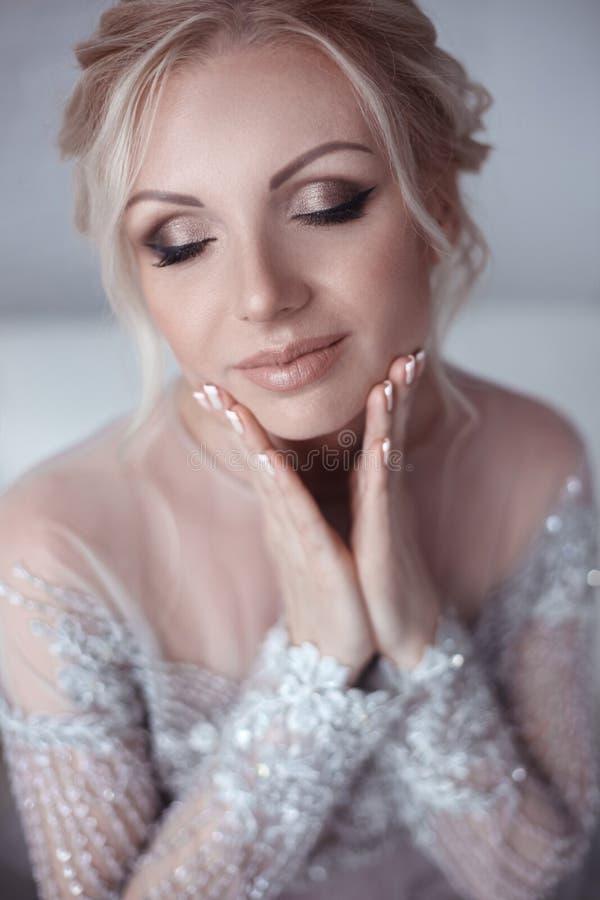 Nahaufnahmehochzeitsporträt der schönen Brautfrau mit Make-up stockbilder