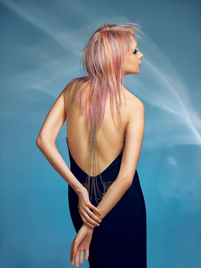 Nahaufnahmeinnenporträt des reizenden Mädchens mit dem blonden Haar Atelieraufnahme der würdevollen jungen Frau mit kurzem Haarsc lizenzfreie stockfotografie