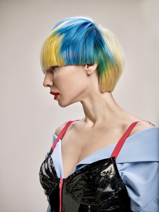 Nahaufnahmeinnenporträt des reizenden Mädchens mit dem blonden Haar Atelieraufnahme der würdevollen jungen Frau mit kurzem Haarsc stockbild