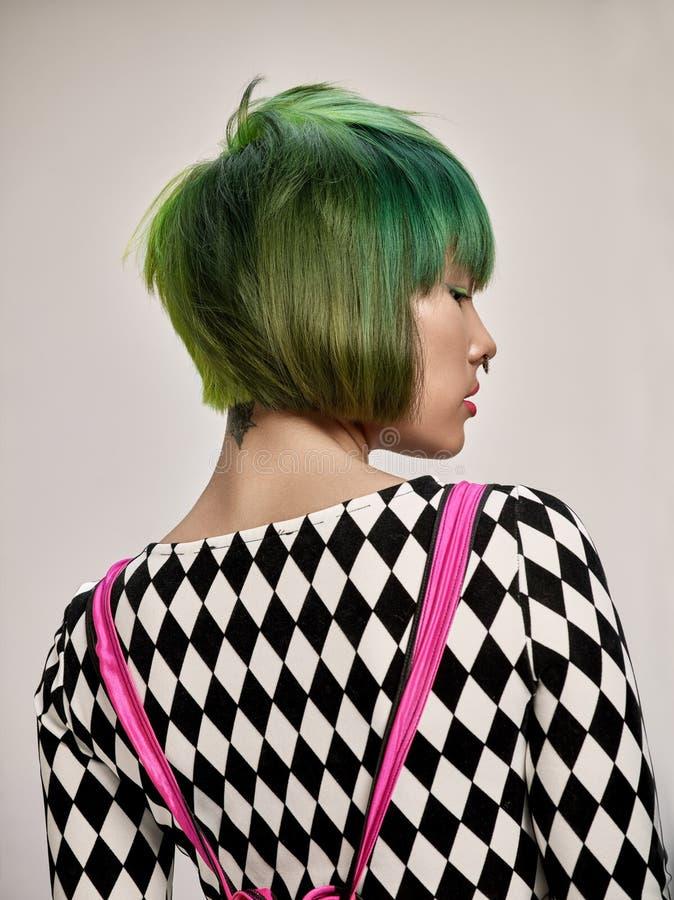 Nahaufnahmeinnenporträt des reizenden Mädchens mit dem bunten Haar Atelieraufnahme der würdevollen jungen Frau mit kurzem Haarsch lizenzfreie stockfotos