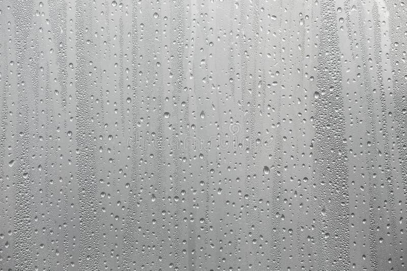 Nahaufnahmekondenswasser auf Fensterglashintergrund stockbilder