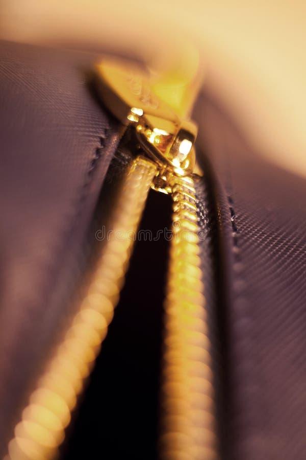 Nahaufnahmekupfervergoldung öffnete Reißverschluss auf einer Ledertasche lizenzfreies stockfoto
