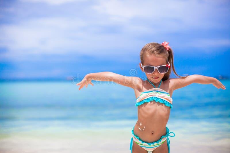 Nahaufnahmelächeln gemalt durch Sonnencreme auf kleinem Mädchen stockbild