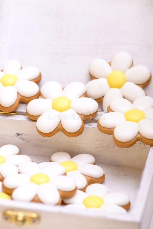 Nahaufnahmelebkuchenplätzchen in Form der Kamille stockfotos