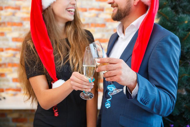 Nahaufnahmeleute mit Champagner auf einem unscharfen Hintergrund Mann und Frau auf einem Weihnachtsfestkonzept lizenzfreie stockfotos