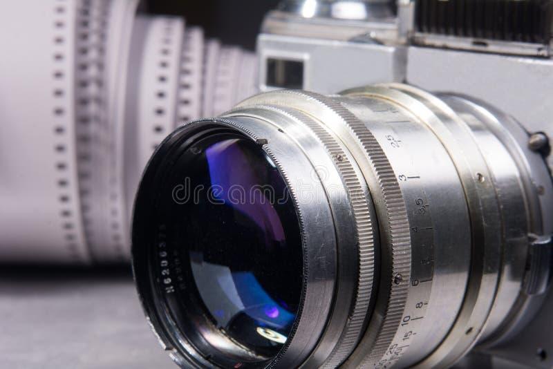 Nahaufnahmelinse mit alter Kamera lizenzfreie stockfotos