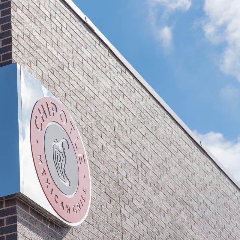 Nahaufnahmelogozeichen des Chipotle-mexikanischen Grills in Ennis, Texas, US lizenzfreies stockbild