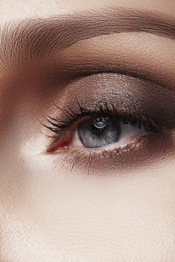 Nahaufnahmemakro des schönen weiblichen Auges mit perfekten Formaugenbrauen Säubern Sie Haut, Mode naturel Make-up Gute Vision lizenzfreie stockbilder