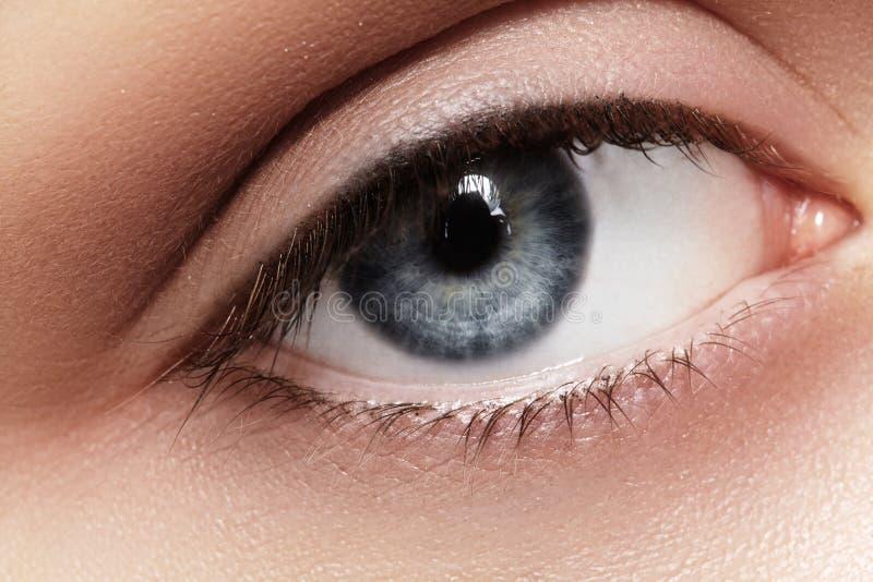 Nahaufnahmemakro des schönen weiblichen Auges Säubern Sie Haut, Mode naturel Make-up lizenzfreie stockfotografie