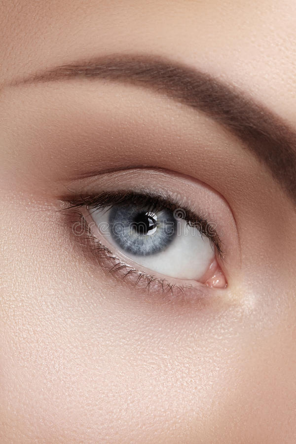 Nahaufnahmemakro des schönen weiblichen Auges Säubern Sie Haut, Mode naturel Make-up stockbild