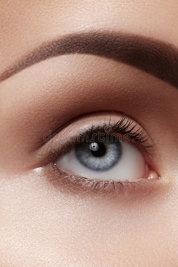 Nahaufnahmemakro des schönen weiblichen Auges Säubern Sie Haut, Mode naturel Make-up lizenzfreies stockfoto