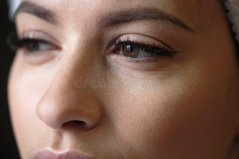 Nahaufnahmemakrofoto von Frau ` s mustert mit langen Peitschen und natürlichem Make-up stockfotografie