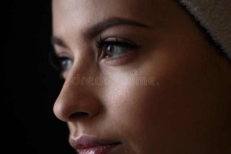 Nahaufnahmemakrofoto von Frau ` s mustert mit langen Peitschen und natürlichem Make-up lizenzfreie stockbilder