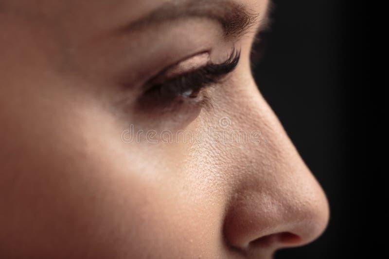 Nahaufnahmemakrofoto von Frau ` s mustert mit langen Peitschen und natürlichem Make-up stockbilder