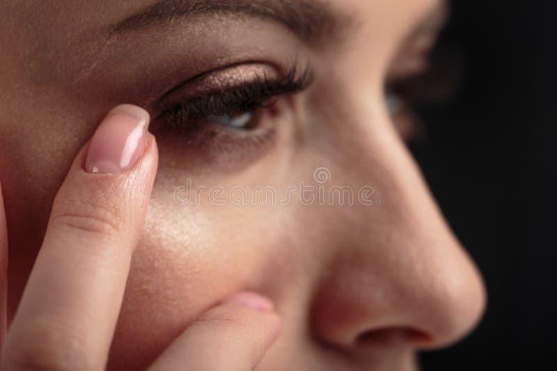 Nahaufnahmemakrofoto von Frau ` s mustert mit langen Peitschen und natürlichem Make-up lizenzfreies stockfoto