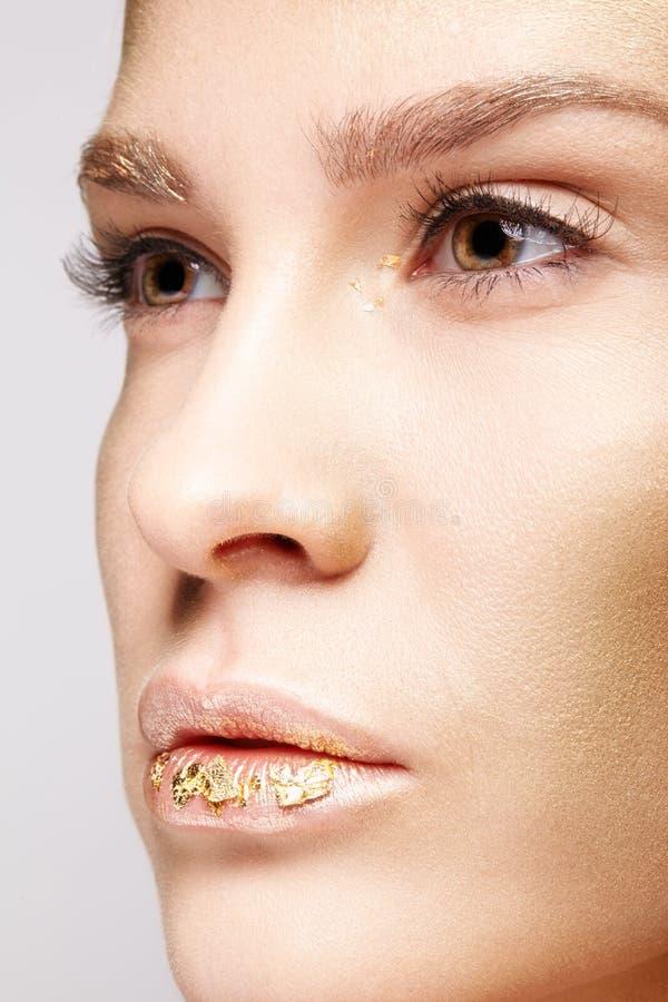 Nahaufnahmemakroschönheitsporträt des Gesichtes der jungen Frau stockfotografie