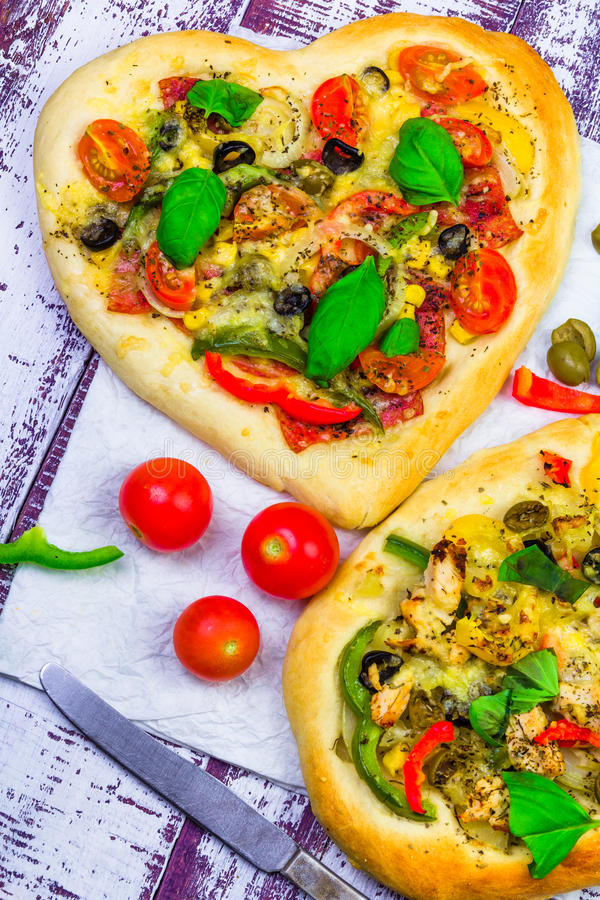 Nahaufnahmepizzakäse-Fleischbasilikum stockbild
